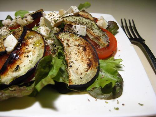 baklažanų ir ožkos sūrio salotos