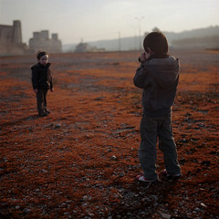 Battlefield  Bonus [Fire] (nik) Tags: orange game field fire child shot atmosphere battle hasselblad duel enfant champ jeu bataille ambiance portra160nc autaut virela4 gardela10