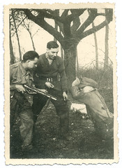 Soldiers playing at soldiers? (zombikombi1959) Tags: gun ww2 soldiers shennanigans sten britisharmy mates worldwartwo larkingabout 743 583 highjinks tommies squaddies rasc playacting royalarmyservicecorps feldmutze
