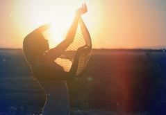 [フリー画像] 人物, 女性, 人と風景, 夕日・夕焼け・日没, 201106251700