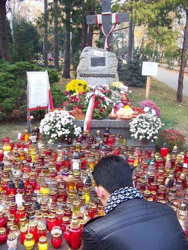Ryszard Kukliński cũng vậy. Đây là mộ phần của ông cùng người con trai cả. Giữ chức cao trong hệ thống quân đội của đảng cộng sản nhưng Ryszard Kukliński đã chủ động liên lạc và tuồn cho CIA tổng cộng 40 ngàn trang tin tối mật liên quan tới chiến lược quân đội của cộng sản tại Đông Âu với hi vọng giúp Ba Lan dành độc lập với Sô Viết. Bị chính quyền cộng sản ra án tử hình vì tội phản bội và gián điệp. Ông bỏ chốn để sống tha hương tại Mỹ cùng gia đình. Ông có hai người con trai thì một bị mất tích năm 1993 mà có nghi ngờ bị thủ tiêu. Người con cả vào năm 1994 bị xe cán chết cho tới nay chưa tìm ra thủ phạm.