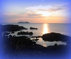 alba con nave (sole rosso) Tags: sea sky italy nature sunshine landscape boat rocks mediterraneo italia mare alba blu natura barche cielo aurora sicilia scogliere scogliera sizilien giardininaxos