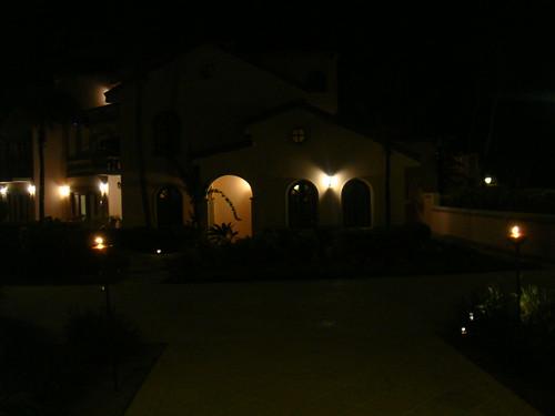 Vista nocturna de la entrada a Straw Hat