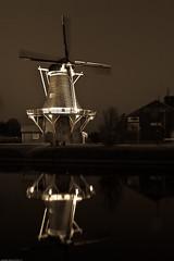 Van Goghstraat - Nieuw Amsterdam (vanderlaan.fotografeert) Tags: longexposure reflection mill raw nightshots 23 d200 lr gerard nieuwamsterdam 1224f4 vangoghstraat tokinaatxpro 20091121 antiekegrijswaarden 200911210036 sluitertijdfotografie