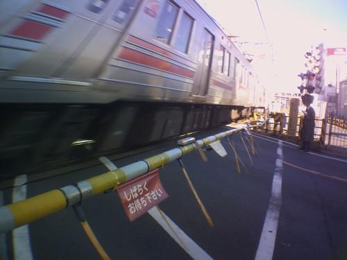 Twitter CEREVO CAMに広角レンズを付けて 踏み切り2 電車がゲラってます