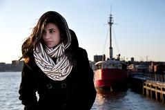 [フリー画像] [人物写真] [女性ポートレイト] [白人女性] [コート] [港の風景]      [フリー素材]