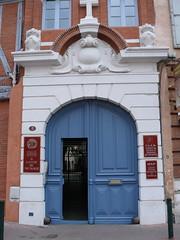 Toulouse (31),  Institut d'Etudes Religieuses et Pastorales, place du Parlement. (Marie-Hlne Cingal) Tags: door blue france puerta gate bleu porte portal toulouse 31 tr portail occitanie hautegaronne midipyrnes