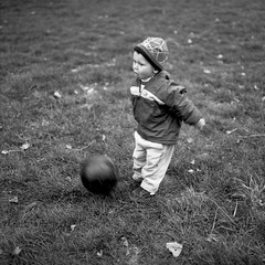 A fond les ballons ! (Sébastien Pourcel) Tags: park bw baby 6x6 grass ball mediumformat square kid movement soccer s 120film bronica sq ilford fp4 f28 80mm zenza zenzanon epsonv700