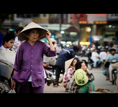 Hue city: Twilight market~ (Vu Pham in Vietnam) Tags: street travel twilight asia southeastasia vietnamese market bokeh candid vietnam oldlady hue vu indochina hu 500d vitnam conicalhat ch hu dulch nnl huecity cucsng ngph m giahoi conngi chu c thurathienhue kinh raininvietnam thnhhu commentwithimageswillbedeletedsosorryforthis