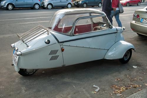 Strana auto per le vie di Berlino