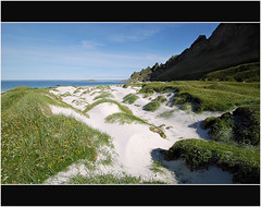 Bleik Beach (Nord-Licht) Tags: blue light summer sky mountain flower green nature yellow norway stone strand landscape island coast licht norge sand nikon meer sommer natur norwegen blumen insel berge gelb grn fels blau landschaft weite weiss 2009 dne polarcircle kste einsam troms vesterlen weis andy polarkreis vatnet d80 abigfave fabbow superstarthebest