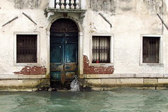 Venezia ... details ... (Augusta Onida) Tags: porta door acqua water venezia veneto venice finestra window casa house vecchio old vintage patrimoniounesco heritage mare sea laguna dettagli details