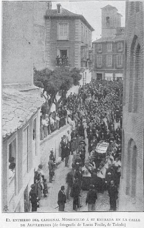 Entierro del Cardenal Monescillo en agosto de 1897 desde el la confluencia de la Calle Alfileritos con la Plaza de San Vicente. Fotografía de Lucas Fraile para La Ilustración Artística