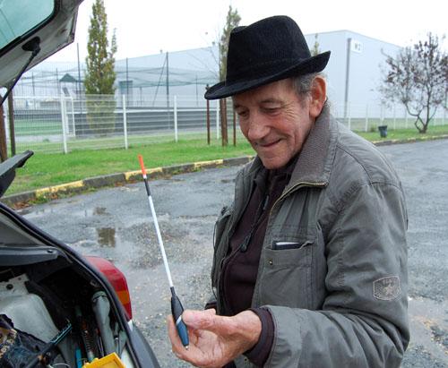 Marcel Jacques utilise une canne à langlaise dont le bouchon est coulissant. Photo JR