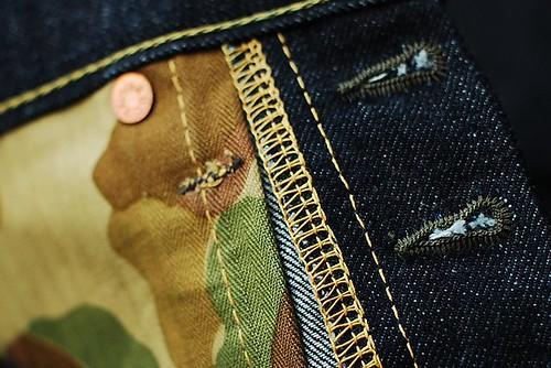 Button loop bewarna olive, warnanya berbau2 militer