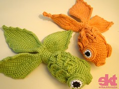 kingyo - peixe japons (erika.tricroche) Tags: orange fish verde green japan brasil toy japanese blog doll brinquedo goldfish handmade laranja crochet craft tibet peixe japo amigurumi artes kingyo pap padron croche receita ekt peixejapons freepatern erikatricroche