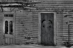 (Sous l'Oeil de Sylvie) Tags: door winter blackandwhite snow noiretblanc decay hiver porte neige decayed charlevoix abandonned abandonn dcrpitude ruralexploration supershot
