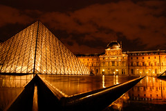 (thecodemaker) Tags: paris reflection water night lights town pyramid louvre 1855mm lumini noaptea oras nikond80