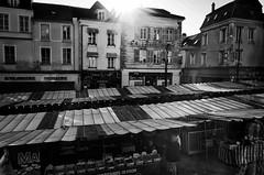 Place du marché à Brie Comte Robert (Olivier DESMET) Tags: olivierdesmet noirblanc nb blackandwhite bw monochrome street streetphoto photosderue marché contrejour ricohgr ricoh gr 28mm briecomterobert seinemarne 77