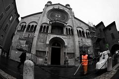 Men at work (Francesco Boni) Tags: canon eos fisheye tokina emilia duomo modena arancio 1017 30d spazzino francescoboni