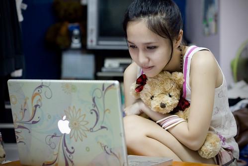 フリー画像| 人物写真| 女性ポートレイト| アジア女性| パソコン/PC| ぬいぐるみ|      フリー素材|