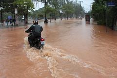 Na Lagoa o nvel da gua subiu (Anglica Sousa) Tags: brazil storm rain brasil riodejaneiro rj chuva photojournalism lagoa lagoarodrigodefreitas temporal fotojornalismo alagamento angiecarioca