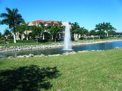 fuente (hromero1960) Tags: mar arena ventanas cielo jardines playas palmas jarron firmamento florez