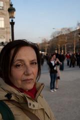 Champs Elysees (LoreVannu) Tags: portrait paris france tourism canon shopping 350d 4 champs tourist turismo elysees francia ritratto ef f4 turisti parigi 24105 campi folla elisi viali