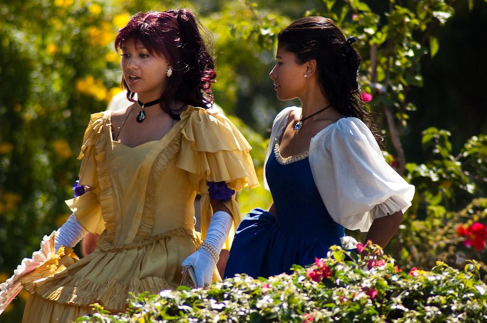 La profesora de teatro Iveth López conversando con su alumna antes de comenzar la escena de rivalidad entre Madame Lynch y Juanita Pesoa, en el acto ambas son rivales peleando el amor de Francisco Solano López (Areguá, Paraguay - Elton Núñez)