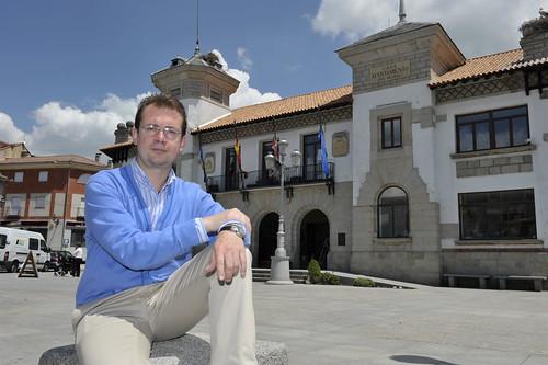 El alcalde electo de El Espinar, Francisco Jorge, posa ante la fachada del Ayuntamiento. /Pedro Merino