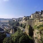 Luxembourg: vue sur les murs de la forteresse et le Chemin de la Corniche