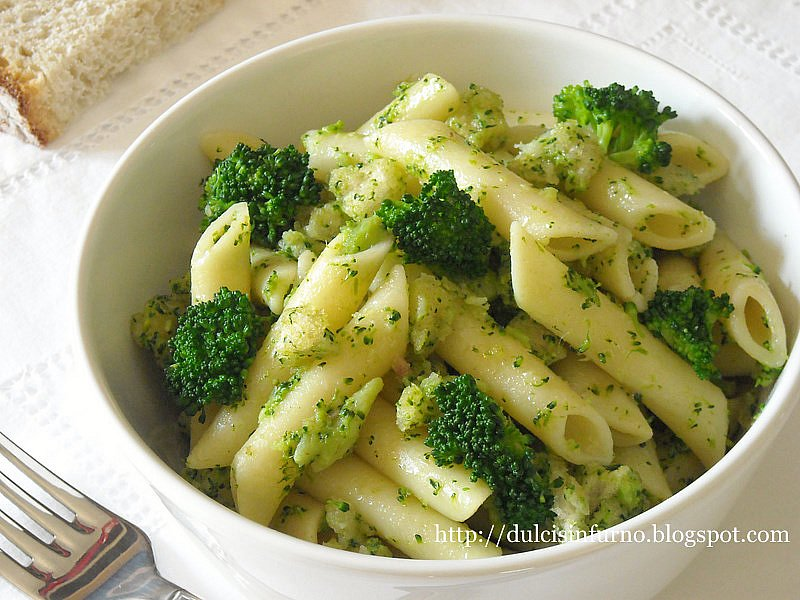 Penne con Broccoli, Alici e Mollica-Penne Pasta with Broccoli, Anchovies and Breadcrumbs