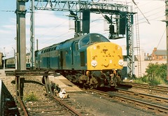40025 leaving Warrington - 12th August, 1978 (Deadmans Handle) Tags: warrington warringtonbankquay class40 40025