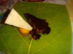 Brownie con helado de mango y crema suave de cacao