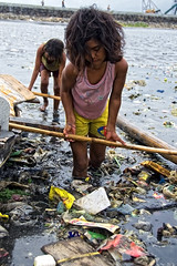 Baseco, Manila - Girls at the Slum (Mio Cade) Tags: girl children boat garbage asia risk philippines poor social rubbish manila environment float baseco