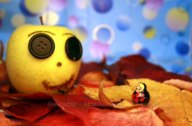 foto fantasiosa e divertente con mela e matrioska