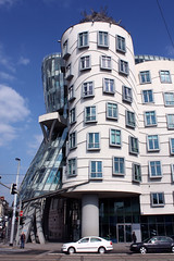 Dancing House (Oscar von Bonsdorff) Tags: summer june juni canon prague prag praha praga tschechien czechrepublic 2009 photographing praag rpubliquetchque xsi tsjechi tjekkiet repblicacheca  keskuu repubblicaceca tanzendeshaus cehia casadanzante esko tjeckien csehorszg tancdm tsekki prg 450d cechia tkkland   ekcumhuriyeti tehhi maisondansante  ynphobblaghtheck