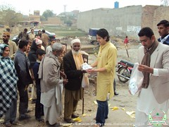 Renowned TV personality Rehan Babar distributes food in Pakistan 2009 (Muslim Charity UK) Tags: charity pakistan muslim babar distribution rehan qurbani