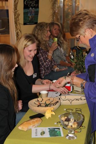 Maud Olofsson samtalar med unga entreprenörer på Campus Telge
