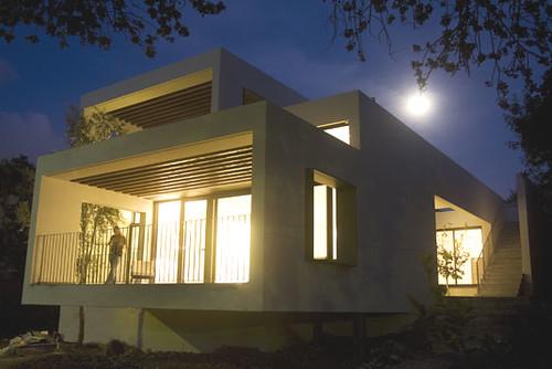 בית פרטי בן 140 מר בקריית טבעון. הבית תוכנן תוך התייחסות מרכזית לנוף. החזית הצפונית פתוחה ומאפשרת חדירת אור טבעי תוך שמירת הפרטיות, הודות לחזית העמוקה ולהגבהה כלפי הרחוב