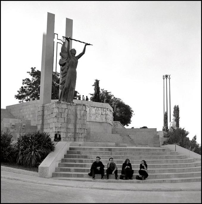 Monumento al Ángel del Alcázar en Toledo en 1967. Fotografía de John Fyfe