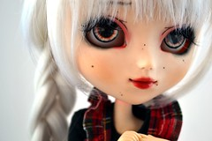 Colibrie | Pullip Kirsche Full Custom (Zoo*) Tags: red white black macro rouge doll acrylic noir tresse pullip custom luts blanc custo acrylique whitehair kirsche tresses obitsu rewigged acryliceyes grainsdebeaut pupapa colibrie fullcustom fullcusto obitsu25cm wigluts reshipped d3100 yeuxacrylique