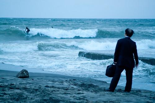 フリー画像| 人物写真| 一般ポートレイト| ビジネスマン| 後ろ姿| サーフィン/サーファー| ビーチ/海辺| 日本人|    フリー素材|