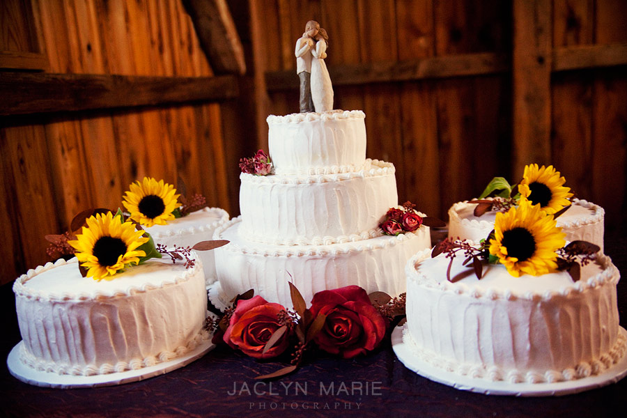 wedding cake photo with sunflowers in October