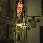 Córdoba: Calleja de las Flores con la Torre Campanario de la Mezquita de fondo.