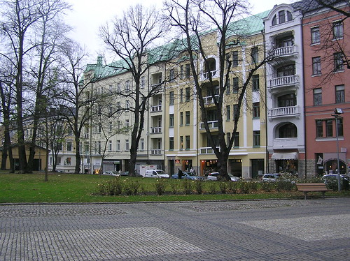 I den kraftigare gula jugentbyggnaden kommer vår ateljé att ligga. Jag har förövrigt färgsatt fasaderna i kv Pelikan som ligger på Drottninggatan/Knäppingsborgsgatan centralt i Norrköping.