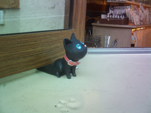 Twitter CEREVO CAM 「CAT CROSS」で販売中の猫のドアストッパー