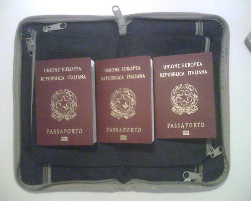 Tre passaporti. Perché?