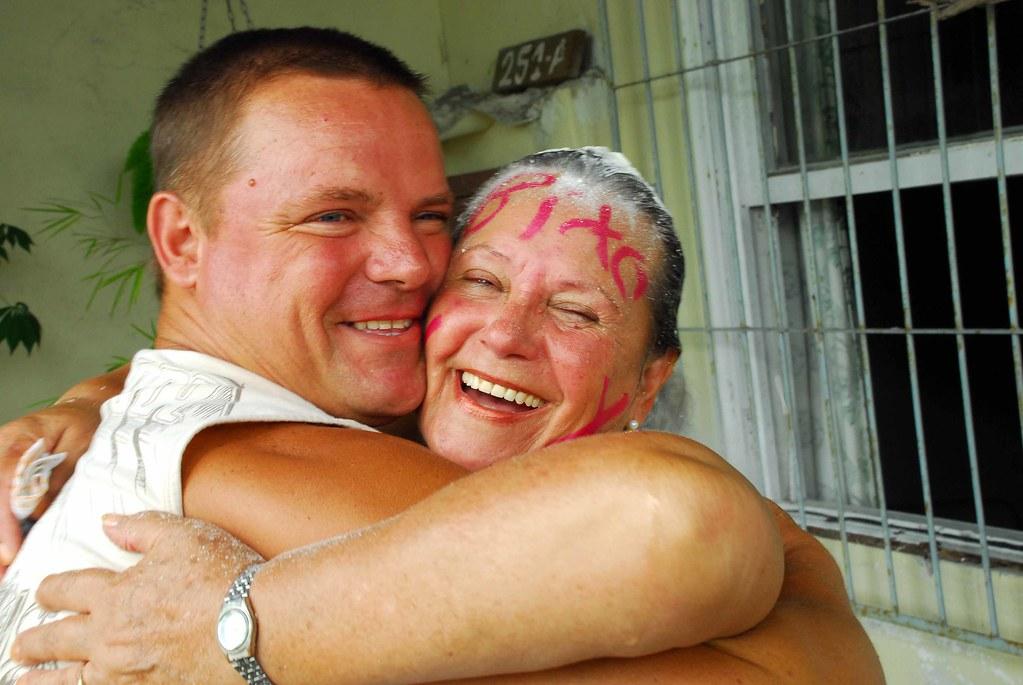 Dona Carmem recebe o beijo do filho Marcial, orgulhoso pelo feito da mãe. Crédito: Gerson Pantaleão