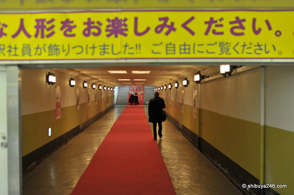 Passing through the walkway to the platform stairs at Ryogoku station.